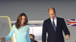 Pangeran William dan Kate Middleton tiba di Pangkalan Udara Nur Khan, Islamabad, Senin (14/10/2019). Kate memakai gaun bergaya shalwar kameezsebutan baju tradisional Pakistan,  sebagai penghormatannya untuk negara muslim tersebut. (Pakistan Foreign Ministry/AFP)