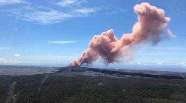 Penampakan abu vulkanik melambung ke langit saat Gunung Kilauea meletus di Big Island Hawaii, (3/5). Badan Survei Geologi Amerika Serikat (USGS) melaporkan erupsi terjadi sekitar pukul 16.45 sore waktu setempat. (Survei Geologi AS via AP)
