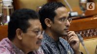 Menteri Pendidikan dan Kebudayaan (Mendikbud), Nadiem Makarim (kanan) mengikuti rapat kerja dengan Komisi X DPR di Kompleks Parlemen Senayan, Jakarta, Rabu (6/11/2019). Rapat membahas soal perkenalan dan membahas program kerja. (Liputan6.com/Johan Tallo)
