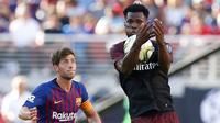 Gelandang AC Milan Franck Kessie mengontrol bola dari kawalan bek pemain Barcelona saat bertanding pada International Champions Cup di Levi's Stadium di Santa Clara, California (4/8). Milan menang tipis 1-0 atas Barcelona. (AFP Photo/Lachlan Cunningham)