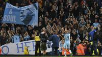 Bek Manchester City, Pablo Zabaleta, menyapa suporter usai pertandingan Liga Inggris melawan West Bromwich Albion di Stadion Etihad, Selasa, (16/05/2017). Zabaleta resmi pamit dari klub Manchester City. (AFP/ Anthony Devlin)