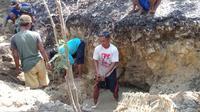 Warga desa Jambangan Kecamatan Geyer Kabupaten Grobogan tak kenal lelah menggali sumber air yang baru saja ditemukan. (foto : Liputan6.com / felek wahyu)