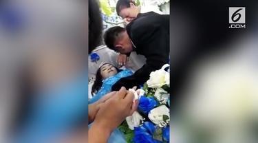 Seorang pria melamar kekasihnya yang terbujur kaku di dalam peti jenazah.