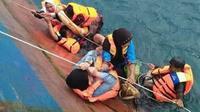 KM Lestari Maju mengangkut 139 penumpang dan puluhan unit kendaraan saat karam di perairan Bira, Sulawesi Selatan. (dok. Basarnas Selayar/Eka Hakim)