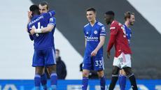 Para pemain Leicester City merayakan kemenangan 2-1 atas Manchester United usai berakhirnya laga lanjutan Liga Inggris 2020/2021 pekan ke-35 di Old Traffod Stadium, Manchester, Selasa (11/5/2021). (AFP/Dave Thompson/Pool)