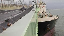 Kapal tanker saat menabrak jembatan yang menghubungkan ke Bandara Internasional Kansai akibat hantaman angin topan jebi di kota Izumisano, Osaka, (4/9). Akibat topan kuat ini dipekirakan enam orang tewas dan banyak melukai warga. (AFP Photo/Jiji Press)