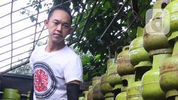 Pekerja menurunkan tabung gas LPG 3 kilogram (kg) dari truk di Jakarta, Rabu (16/12/2020). Kenaikan gas elpiji 3 kg pada 2021 tersebut dengan mempertimbangkan kebutuhan gas yang terus meningkat terutama di masa pandemi Virus Corona. (Liputan6.com/Angga Yuniar)