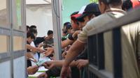 Ribuan Bonek Mania mengantre tiket laga Persebaya Vs Arema, Jumat (4/5/2018) di di kantor Korem 084 di Jalan Ahmad Yani No.1, Surabaya. (Bola.com/Zaidan Nazarul)