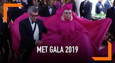 Lady Gaga kembali membuat kehebihan di red carpet Met Gala 2019. Gaga 4 kali mengganti busananya di depan awak media.