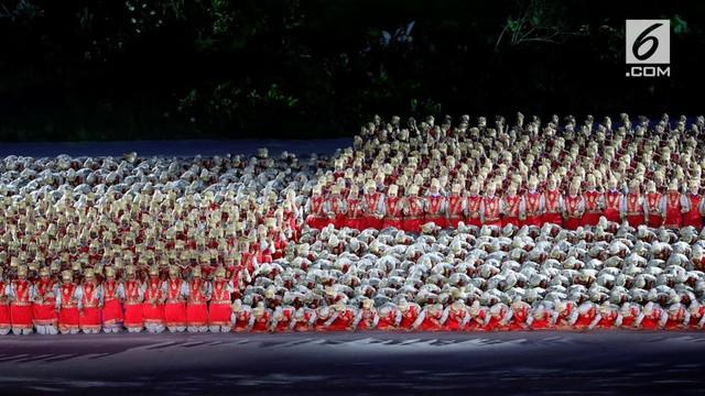 Pembukaan Asian Games 2018 diawali dengan Tari asal Aceh, Ratoh Jaroe di SUGBK, Jakarta, Sabtu (18/8). 1.600 penari dari 18 SMA se-DKI yang disorot dari atas terlihat memakai kostum warna keabuan dengan topi warna emas.