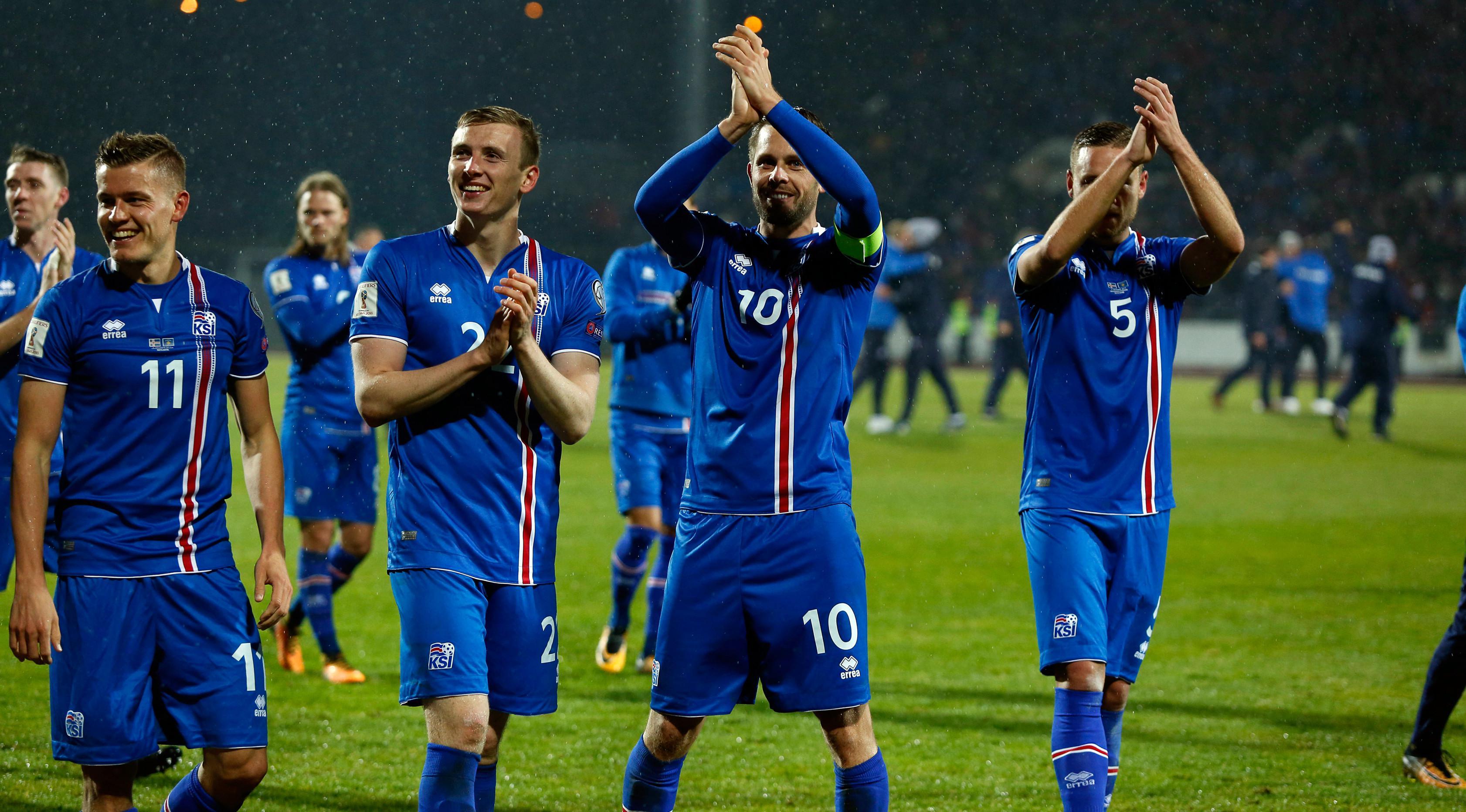 Pemain timnas Islandia bertepuk tangan usai laga Grup I Kualifikasi Piala Dunia 2018 melawan Kosovo di Laugardalsvollur, Senin (9/10). Islandia mencatat sejarah sebagai negara terkecil yang lolos ke Piala Dunia setelah menang 2-0. (AP/Brynjar Gunnarsson)