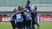 Pemain Home United merayakan gol yang dicetak oleh Hafiz Noor ke gawang PSM Makassar pada laga Piala AFC 2019 di Stadion Pakansari, Jawa Barat, Selasa (30/4). PSM menang 3-2 atas Home United. (Bola.com/M Iqbal Ichsan)