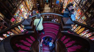 Suasana toko buku Lello di Porto, Portugal, Sabtu (12/1). Toko buku legendaris ini disebut-sebut sebagai salah satu toko buku terindah di dunia. (MIGUEL RIOPA/AFP)