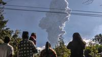 Warga menyaksikan Gunung Merapi meletus di Cangkringan, Yogyakarta, (1/6). Gunung Merapi kembali meletus mengeluarkan abu mencapai ketinggian sekitar 6 kilometer (4 mil) dan berlangsung dua menit. (AP Photo/Slamet Riyadi)