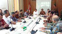 Ketua Ikatan Dokter Indonesia (IDI Daeng M Faqih dan Menteri Kesehatan RI Terawan Agus Putranto menggelar rapat tertutup di Kantor PB IDI, Jakarta pada Rabu (30/10/2019). (Liputan6.com/Fitri Haryanti Harsono)
