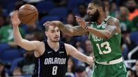 Pemain Boston Celtics, Marcus Morris (kanan) mencoba melepaskan umpan setelah mendapat adangan dari pebasket Orlando Magic, Mario Hezonja dalam lanjutan NBA di Orlando. (AP Photo/John Raoux)