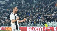 Bek Juventus, Leonardo Bonucci, melakukan selebrasi usai membobol gawang Frosinone pada laga Serie A di Stadion Allianz, Turin, Jumat (15/2). Juventus menang 3-0 atas Frosinone. (AP/Alessandro Di Marco)
