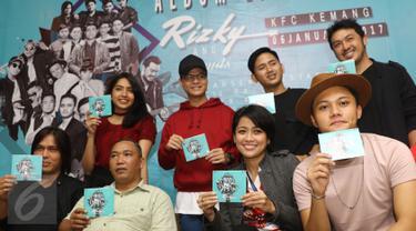 """Rizky Febian bersama beberapa musisi foto bersama saat jumpa pers peluncuran album yang bertajuk """"Rizky And Friends"""" di kawasan Kemang, Jakarta, Jumat (6/1). (Liputan6.com/Herman Zakharia)"""