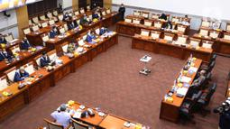 Suasana saat Menkominfo Johnny G Plate mengikuti rapat kerja dengan Komisi I DPR di Kompleks Parlemen, Jakarta, Rabu (7/4/2021). Rapat kerja tersebut membahas mengenai tata kelola 5G dan berakhirnya keanggotaan Dewas LPP RRI Periode 2016-2021. (Liputan6.com/Angga Yuniar)