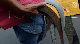 Barang bukti senjata tajam dibawa petugas saat Operasi Pekat  Jaya 2018 di Polda Metro Jaya, Jakarta, Jumat (21/12). Operasi pekat Jaya mengamankan tersangka dan barang bukti kewilayahan , Jadetabek dengan jumlah 1.474 kasus. (Merdeka.com/Imam Buhori)