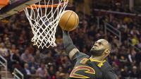 Aksi bintang Cleveland Cavaliers, LeBron James saat melakukan dunks melawan New York Knicks pada laga perdana NBA basketball game 2016-2017  di Cleveland, Rabu (26/10/2016) WIB. (AP/Phil Long)