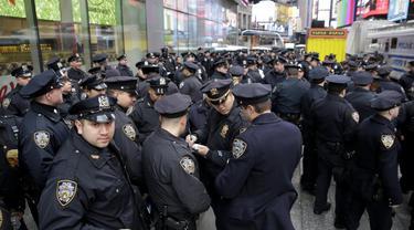 Ribuan personel dari Departemen Kepolisian New York (NYPD) dikerahkan di penjuru kota untuk mengamankan perayaan Malam Tahun Baru 2018. Pengamanan ekstra akan dilakukan di Times Square, yang akan menjadi tempat berkumpul rata-rata 2 juta orang (AP)