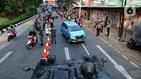 Suasana kanalisasi pos penyekatan PPKM Darurat di Jalan Raya Lenteng Agung, Jakarta, kamis (8/7/2021). Kanalisai bagi pekerja esensial dan kritikal tesebut mengurangi kemacetan arus lalu lintas dalam mengurangi mobilitas warga di masa PPKM Darurat. (merdeka.com/Arie Basuki)