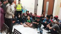 Kapolsek Rungkut Kompol Esti Setija Oetami memberikan pembinaan terhadap 18 suporter yang berpesta miras. (JawaPos.com/istimewa)