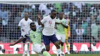 Raheem Sterling (kanan) ketika tengah berduel dengan pemain Nigeria pada laga uji coba, di Stadion Wembley, Sabtu (2/6/2018). (AP/Matt Dunham)