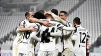 Cristiano Ronaldo dari Juventus dan rekan satu tim merayakannya setelah pemain Roma Roger Ibanez mencetak gol bunuh diri di Allianz Stadium di Turin, Italia, Sabtu, 6 Februari 2021. (Marco Alpozzi / LaPresse melalui AP)