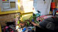 Kondisi rumah 2 lantai itu sangat memprihatinkan, berantakan dan banyak sampah, Jawa Barat, Jumat (15/5/2015). Sebelumnya, KPAI dan Polda Metro Jaya mengamankan orangtua yang diduga menelantarkan lima anaknya.  (Liputan6.com/Yoppy Renato)