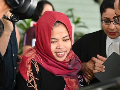 Warga negara Indonesia Siti Aisyah meninggalkan Pengadilan Tinggi Shah Alam, Kuala Lumpur, Malaysia, Senin (11/3). Siti Aisyah yang dituduh membunuh Kim Jong Nam, saudara tiri pemimpin Korut Kim Jong Un resmi dibebaskan. (AFP Photo/ Mohf Rasfan)
