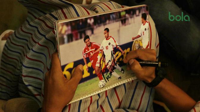 Fan asal Singapura meminta tanda tangan pada foto lawas asisten pelatih Timnas Indonesia, Kurniawan Dwi Yulianto. (Bola.com/Muhammad Iqbal Ichsan)