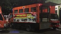 Simbolisasi penyerahan bantuan Gubernur Jateng Ganjar Pranowo bersama Forkominda Jateng di Kantor Gubernur Jawa Tengah, Semarang, Jumat (3/1/2020) malam. (Dok Badan Nasional Penanggulangan Bencana/BNPB)