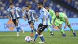 Striker Napoli, Lorenzo Insigne melakukan eksekusi penalti yang berbuah gol pertama timnya ke gawang Lazio dalam laga lanjutan Liga Italia 2020/2021 pekan ke-32 di Diego Armando Maradona Stadium, Naples, Kamis (22/4/2021). Napoli menang 5-2 atas Lazio. (Lapresse via AP/Alessandro Garofalo)