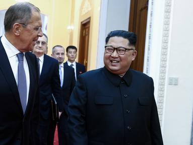 Pemimpin Korea Utara Kim Jong-un menyambut kedatangan Menteri Luar Negeri Rusia Sergei Lavrov di Pyongyang, Korea Utara (31/5). Dalam kunjungannya, Lavrov mengundang Kim Jong-Un untuk datang ke Rusia. (AFP/TASS/Pool/Valery Sharifulin)