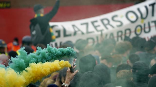 Para pendukung Manchester United melakukan demonstrasi menentang Keluarga Glazer, pemilik sebagian besar saham Manchester United di luar Stadion Old Trafford sebelum laga lanjutan Liga Inggris 2020/2021 pekan ke-35 melawan Liverpool, Kamis (13/5/2021). (AP/Jon Super/Pool)