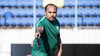 Caretaker PSIS Semarang, Imran Nahumarury saat memimpin sesi latihan di Stadion Citarum, Semarang, Jumat (13/8/2021). (Dok PSIS)