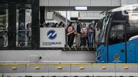 Calon penumpang menunggu bus Transjakarta di halte kawasan Sudirman, Jakarta, Rabu (16/12/2020). Wakil Gubernur DKI Jakarta Ahmad Riza Patria memastikan, kebijakan 75 persen karyawan bekerja dari rumah (WFH) akan diterapkan sebelum pergantian tahun 2020 ke 2021. (Liputan6.com/Faizal Fanani)