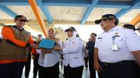 Kepala BNPB dan Kepala BMKG menyerahkan alat pendeteksi gempa bumi kepada Badan Penanggulangan Bencana Daerah (BPBD) Kabupaten Pandeglang pada 14 Agustus 2019. (Dok Badan Nasional Penanggulangan Bencana/BNPB)