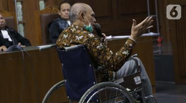 Terdakwa kasus dugaan kepemilikan senjata api illegal, Kivlan Zen menjalani sidang lanjutan di Pengadilan Negeri Jakarta Pusat, Kamis (3/10/2019). Majelis menunda sidang yang beragendakan pembacaan eksepsi karena alasan kesehatan dan legalitas kuasa hukum terdakwa. (Liputan6.com/Helmi Fithriansyah)