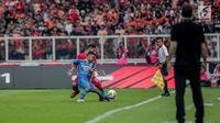 Pemain Persib Bandung Gian Zola berebut bola dengan pemain Persija pada laga pekan kedelapan Shopee Liga 1 2019 di Stadion Utama Gelora Bung Karno, Senayan, Jakarta, Rabu (10/7/2019). Persija dan Persib bermain imbang 1-1. (Liputan6.com/Faizal Fanani)
