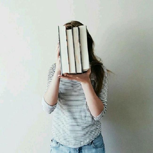 Buku bisa jadi salah satu penghilang bosan. (via. Pinterest)