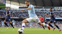 Gelandang Manchester City, Bernardo Silva berusaha mengumpan bola saat bertanding melawan Tottenham Hostpur pada pertandingan lanjutan Liga Inggris di stadion Etihad (17/8/2019). City dan Tottenham bermain imbang 2-2. (AP Photo/Rui Vieira)