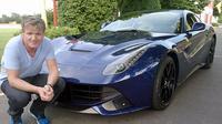 Gordon Ramsay, koki dunia ini memiliki 15 Ferrari di garasi mobilnya (Foto: Carcrushing)