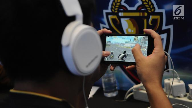 Penggiat game memadati lantai dasar Mangga Dua Mall di Jakarta, Minggu (17/3). Ratusan gamers ambil bagian dalam kompetisi game Mobile Legends dan PUBG Mobile bertajuk NXL Mobile Esports Cup 2019. (Liputan6.com/Herman Zakharia)