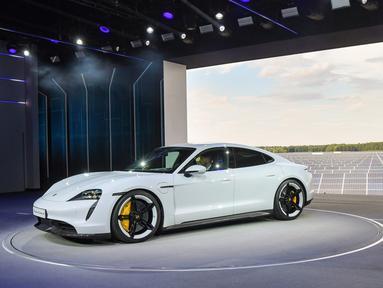 Mobil elektrik Porsche, Taycan ditampilkan selama world premiere di bandara Neuhardenberg, sekitar 70 km timur Berlin, Rabu (4/9/2019). Porsche meluncurkan mobil listrik pertamanya Taycan di 3 benua, masing-masing di kota Toronto Kanada, Berlin Jerman dan di Fuzhou China. (Patrick Pleul/dpa via AP)