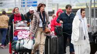 Orang-orang yang berada di Bandara Orly di Paris, Prancis, dievakuasi menyusul sebuah insiden penembakan yang terjadi pada Sabtu, (18/3). (AP Photo)