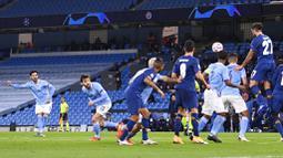 Gelandang Manchester City, Ilkay Gundogan, mencetak gol melalui tendangan bebas ke gawang FC Porto pada laga Liga Champions di Stadion  Etihad, Kamis (22/10/2020). City menang dengan skor 3-1. (Laurence Griffiths/Pool via AP)