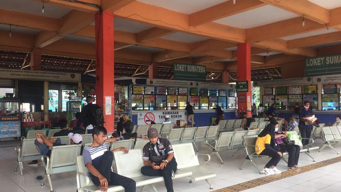 Suasana di Terminal Kampung Rambutan, Jakarta Timur relatif lengang pada H-1 pemberlakuan larangan mudik Lebaran 2021. (Lipputan6.com/Radityo Priyasmoro)